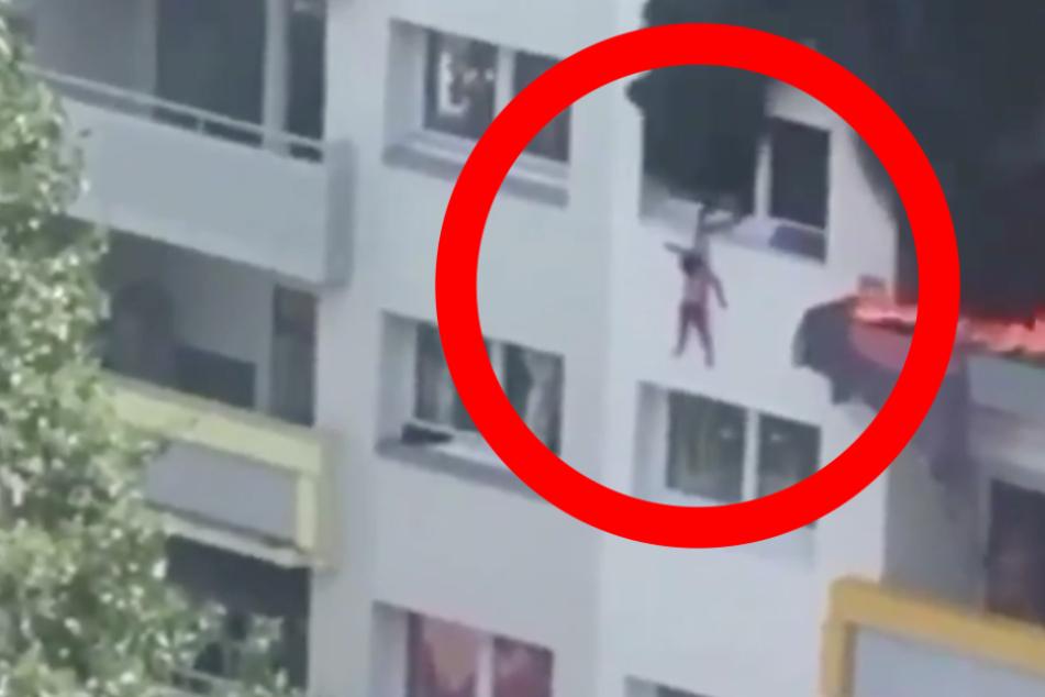 Wohnung im dritten Stock steht in Flammen, Kinder springen aus Fenster