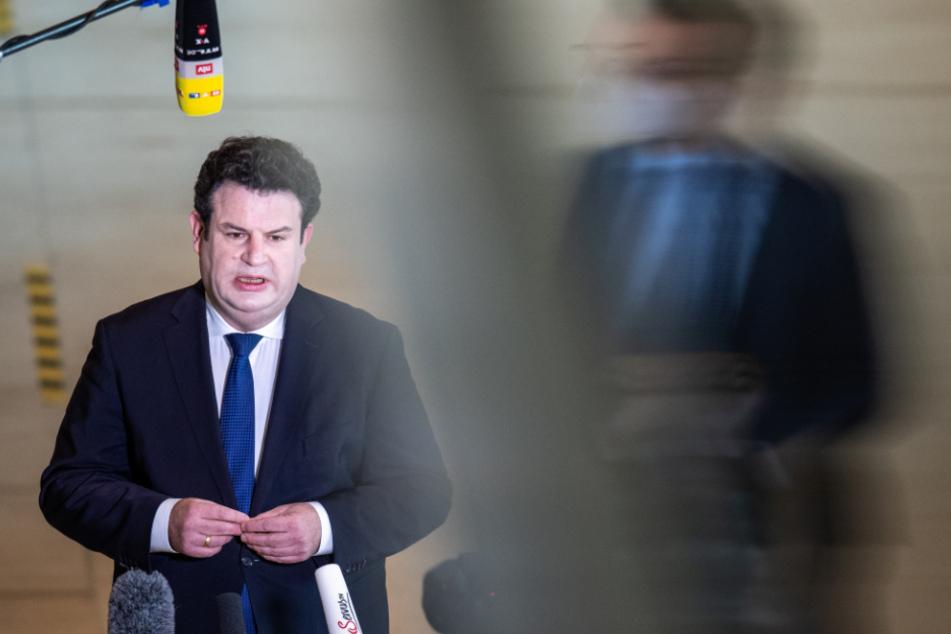 Hubertus Heil äußert sich am Rande der Plenarsitzung im Deutschen Bundestag zum Thema Masken für Grundsicherungsempfänger.