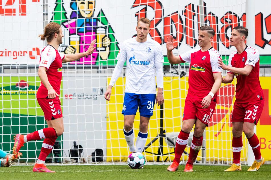 Gesenkte Köpfe beim FC Schalke 04 um Timo Becker (2.v.l.), Jubel beim SC Freiburg nach einer sehr einseitigen Partie.