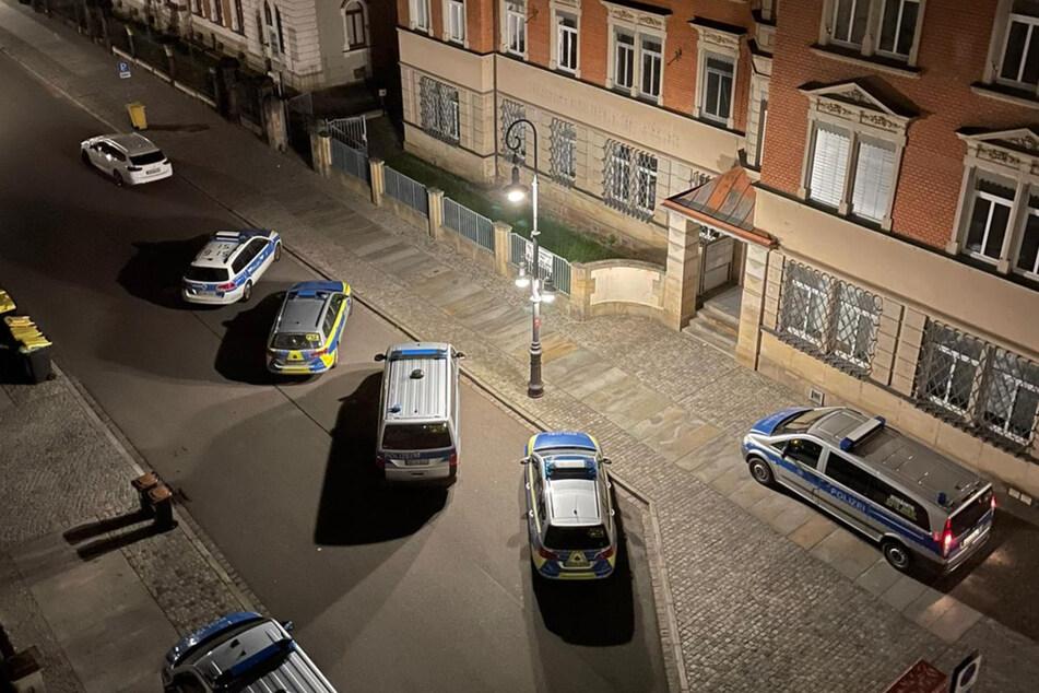 Mit sechs Streifenwagen rückten die Polizisten mitten in der Nacht in dem Mehrfamilienhaus in Pirna an, um die neunköpfige Familie I. abzuschieben.