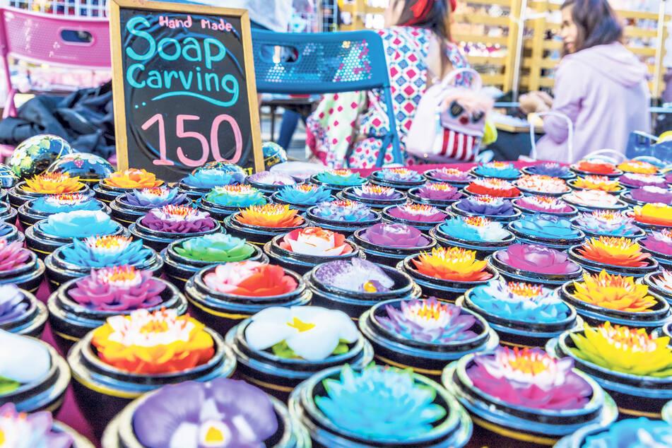Duften wie Lotusblumen: Geschnitzte Seifen sind Verkaufsschlager auf dem berühmten Nachtmarkt der Walking Street in der Altstadt von Phuket.