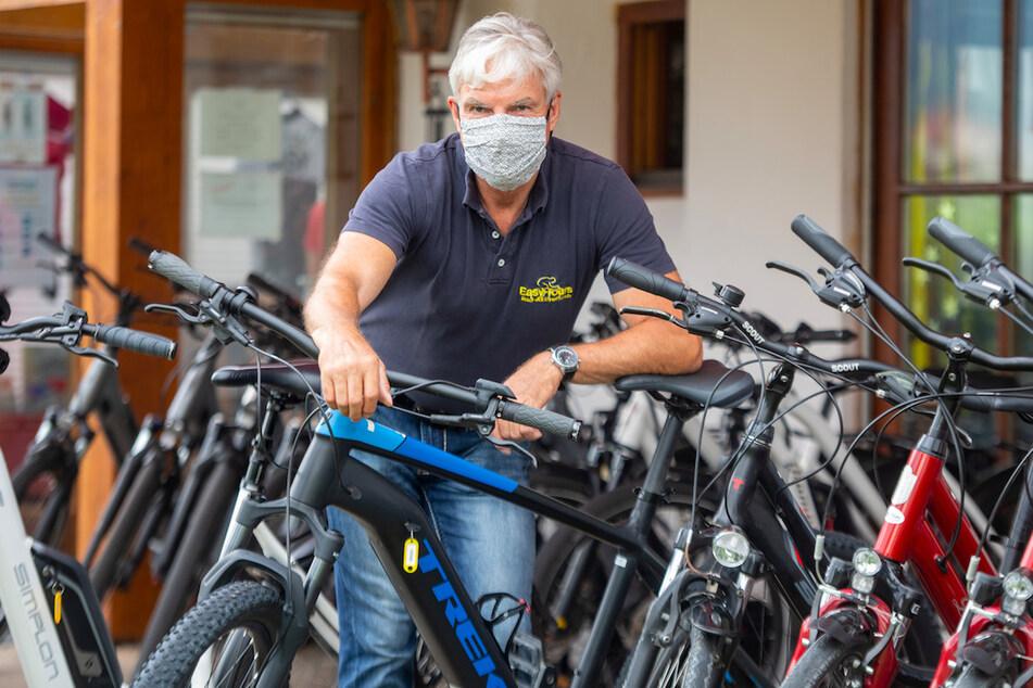 """Markus Hess bereitet Fahrräder für den Verleih vor. Der Geschäftsführer des Radreisespezialisten """"easy-tours"""" hat einen Großteil seines Geschäfts Coronabedingt von Malllorca ins Allgäu verlagert."""