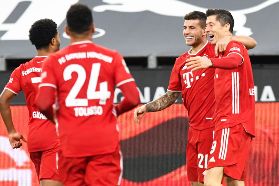 Robert Lewandowski (r.) traf nach Vorlage von Lucas Hernandez (2.v.r.) zum 2:1 für den FC Bayern München.