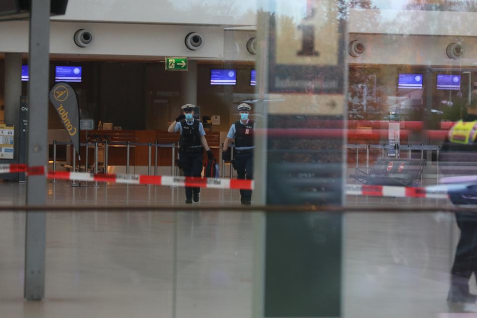 Das Terminalgebäude wurde von der Polizei geräumt.