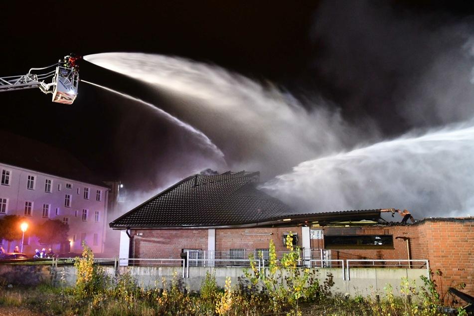 Teile des Dachs stürzten durch das Feuer ein.