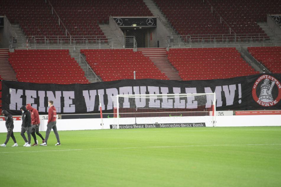 Die Cannstatter Kurve setzte mit einem Banner ein Statement beim Heimspiel gegen den 1. FSV Mainz 05 und sprach sich gegen die digitale Durchführung der heftig umstrittenen Mitgliederversammlung aus.