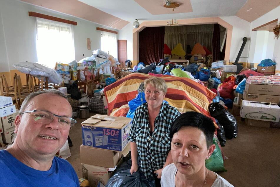 Der Mittweidaer Truppe um Peter Großer (57, l.) und Jana Zwinzscher (r.) brachten die Spenden für die Tornado-Opfer in eine große Veranstaltungshalle.