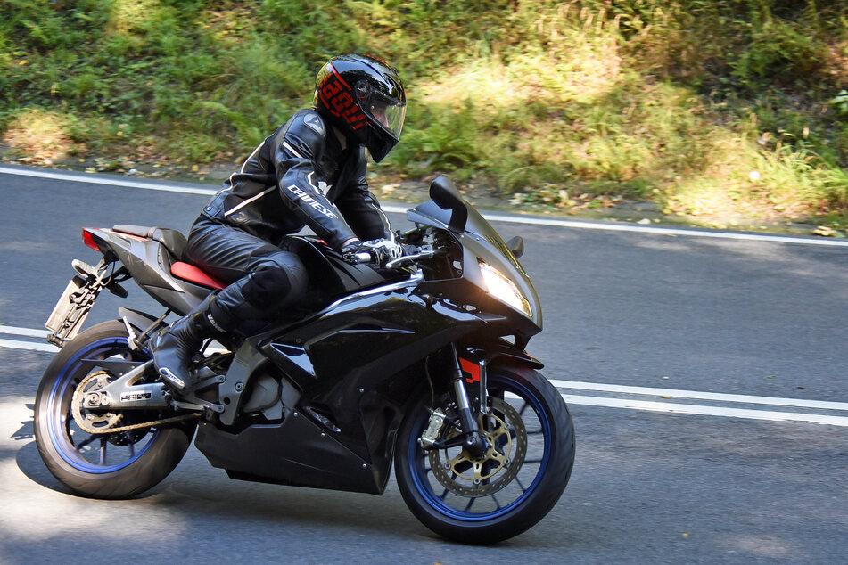 Ein Motorradfahrer soll unter einen Traktor geraten sein. (Symbolbild)