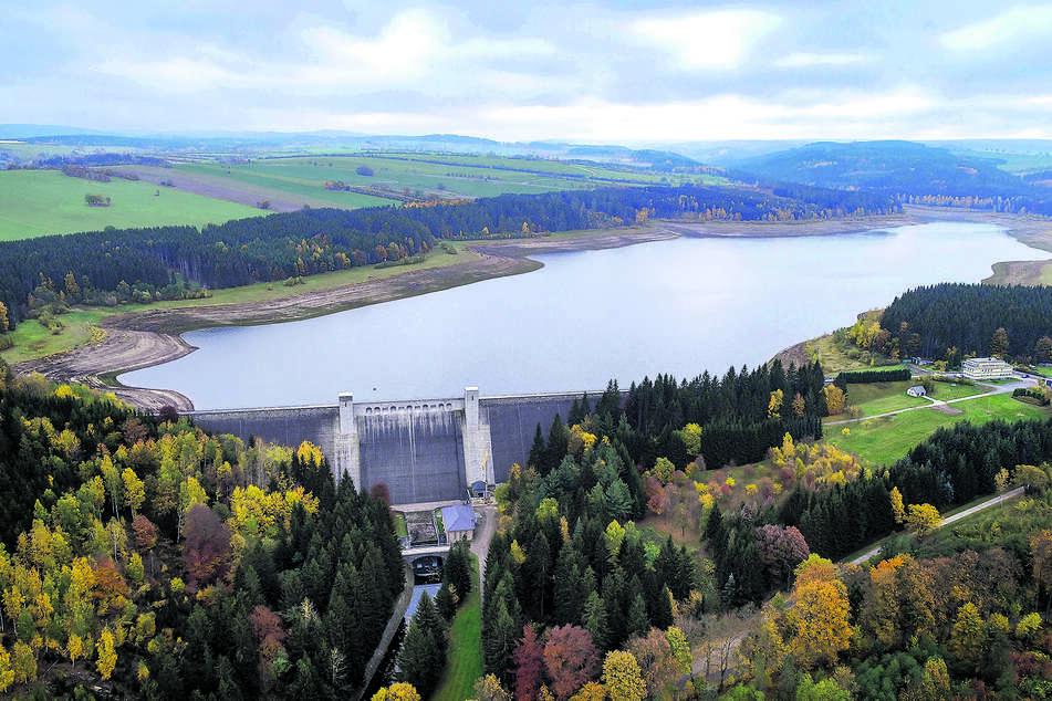 Die Talsperre Lehnmühle am Montag aus der Luft: Der Füllstand kann sich sehen lassen.