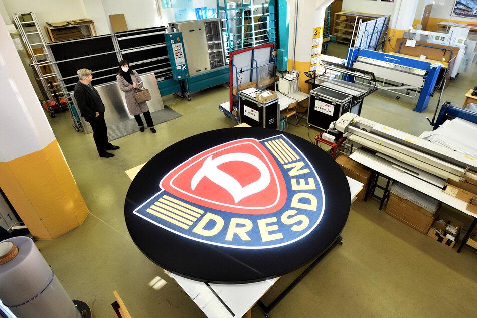 In den Hallen der Chemnitzer Firma Prevedo wurde das neue beleuchtete Logo für Dynamo Dresden hergestellt.