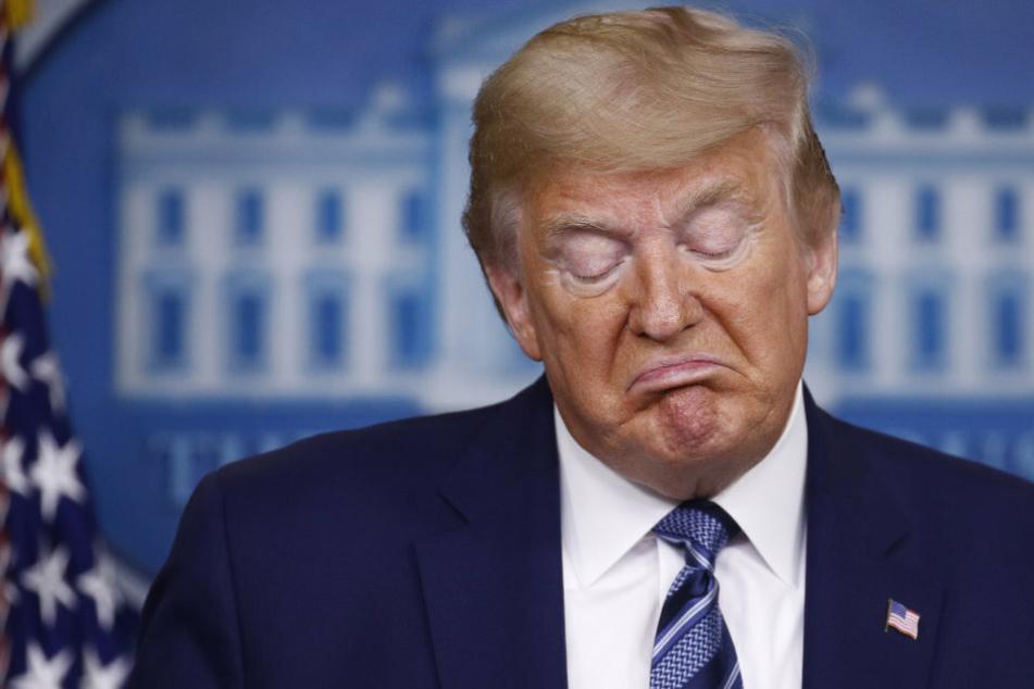 Trump genehmigt Corona-Hilfspaket zu spät: Millionen Menschen verlieren Arbeitsgeld!