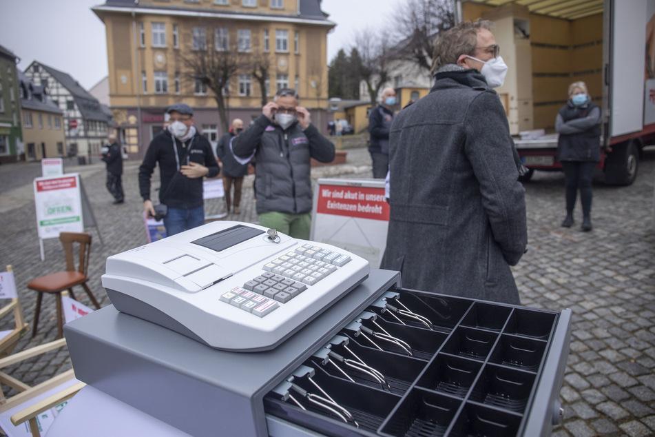 Die Kassen der Einzelhändler sind leer: Am Freitag demonstrierten etliche Unternehmer auf dem Stollberger Markt gegen die Corona-Schließungen.