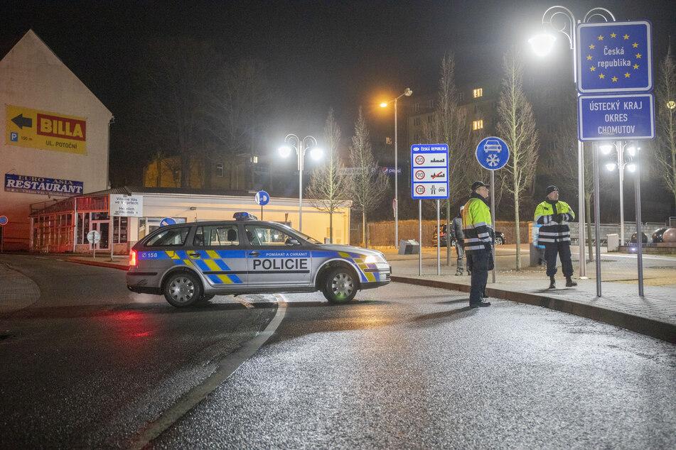 Tschechische Polizisten riegeln den Grenzübergang in Bärenstein ab.