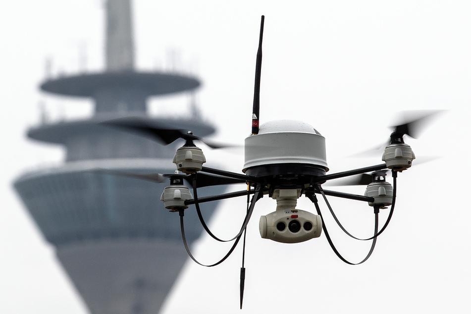 Düsseldorf: Eine Drohne der Polizei fliegt vor dem Fernsehturm.