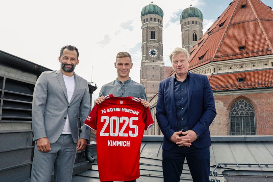 Vorstand Oliver Kahn (52, v.r.n.l.) Nationalspieler Joshua Kimmich (26) und Sportvorstand Hasan Salihamidzic (44) nach der Bekanntgabe der Vertragsverlängerung.