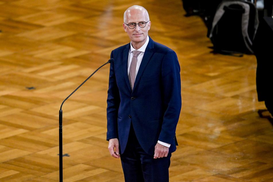 Hamburgs Erster Bürgermeister, steht vor seiner Vereidigung in der Sitzung der Hamburgischen Bürgerschaft am Mikrofon.