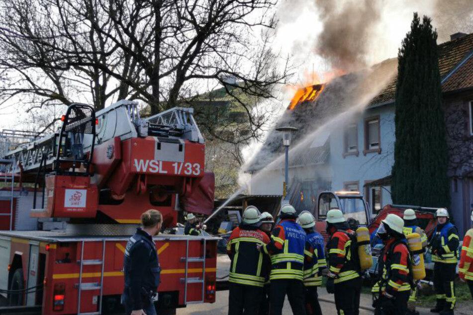 Wohnhaus brennt, Feuerwehr kämpft gegen die Flammen an
