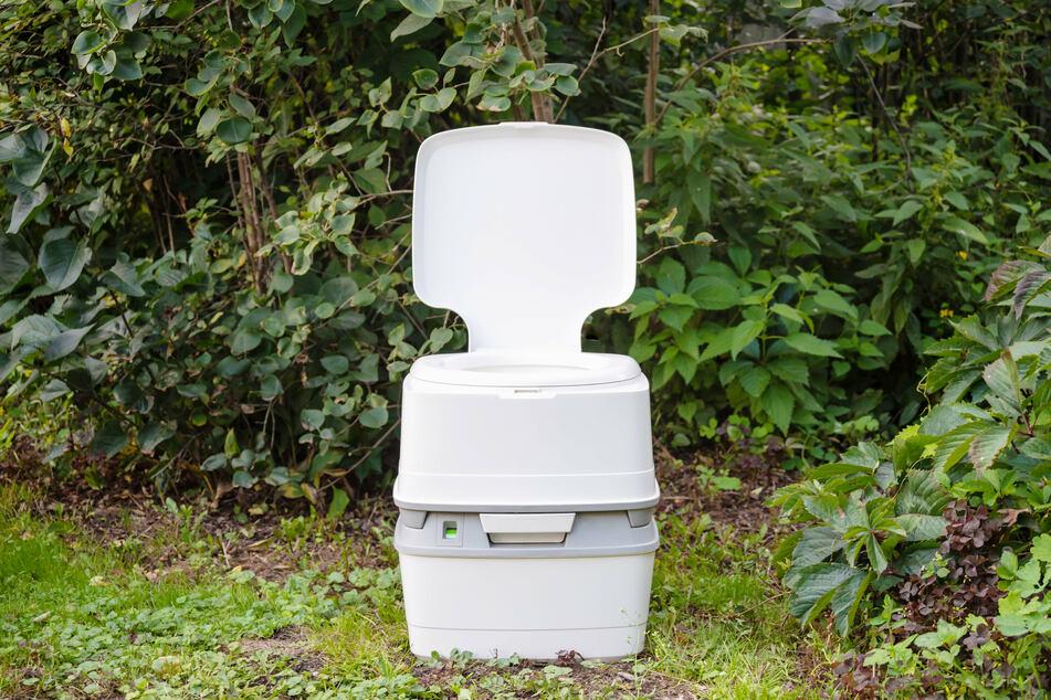Die Täter entnahmen eine mobile Toilette sowie eine Seitenverblendung (Symbolbild).