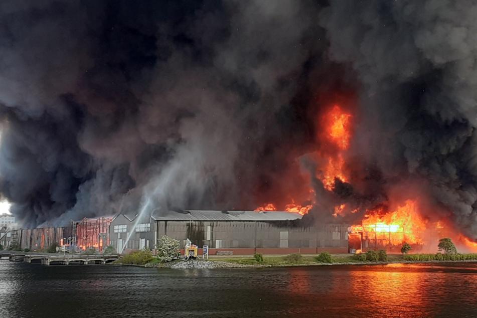 Nicht anfassen! Flammen-Inferno in Bremen ließ Asbest-Brocken regnen