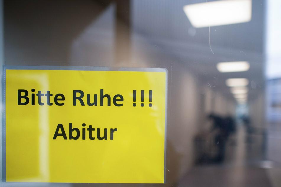 """Ein Schild mit der Aufschrift """"Bitte Ruhe!!! Abitur"""" hängt in einem Gymnasium."""