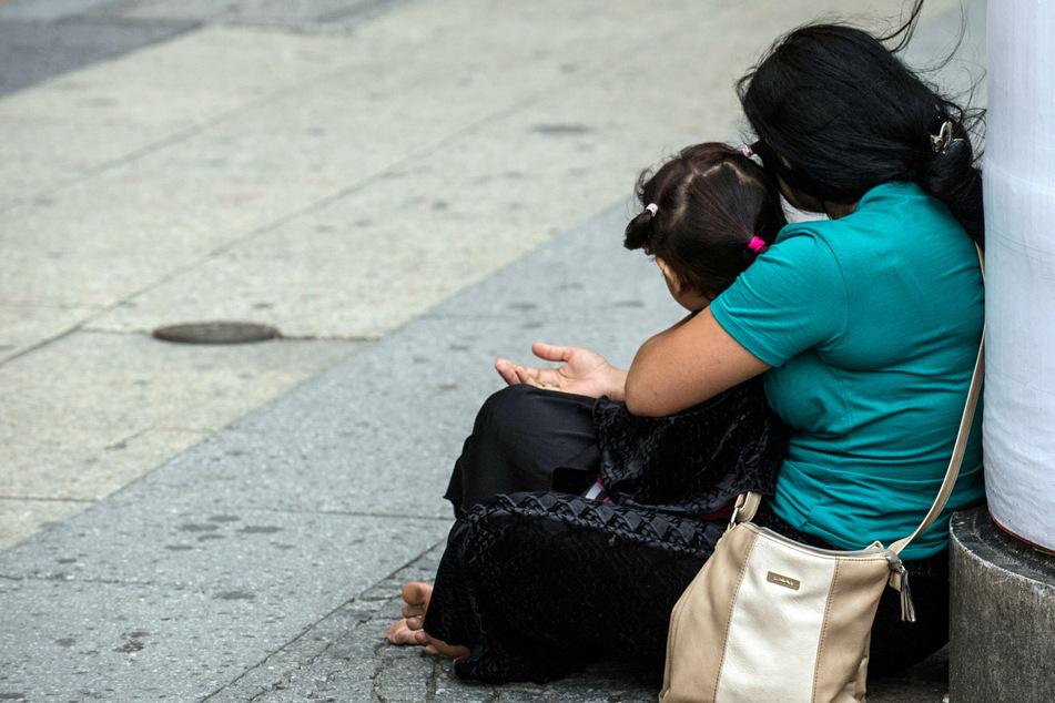 Die zwei 15- und 20-Jährige sollten mit Betteln und Prostitution Geld für die Familie verdienen. (Symbolbild)