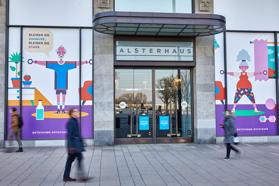 """Am Alsterhaus in Hamburg sind die Schaufenster mit Illustrationen und der Aufschrift """"Bleiben Sie zu Hause, bleiben Sie stark"""" dekoriert."""