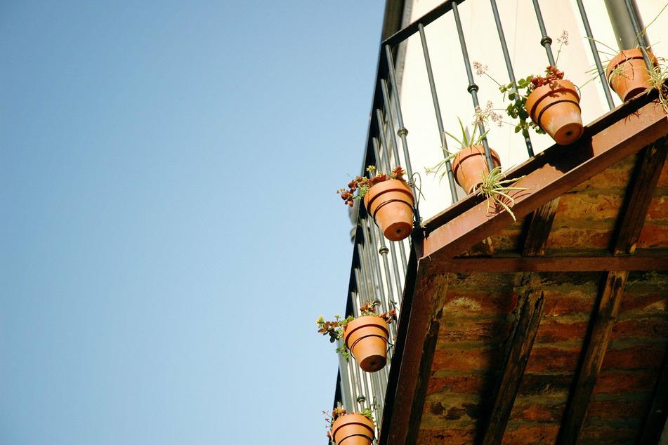 Brandsatz auf Balkon von Mieterin geworfen: Polizei ermittelt wegen versuchten Mordes!