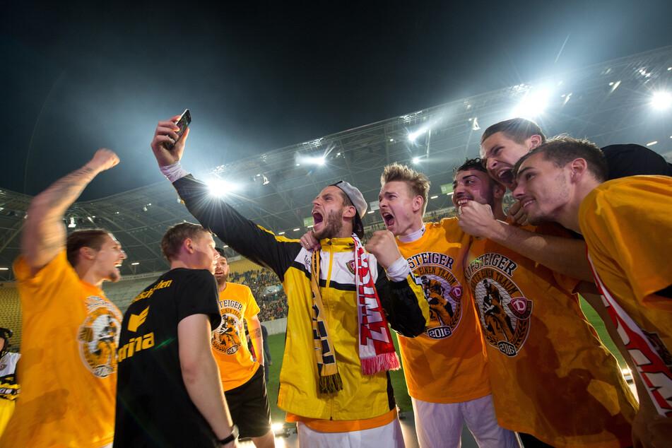 Ein Bild aus vergangenen Tagen: Justin Eilers (M) feiert den Aufstieg in die zweite Liga mit den Dynamos.