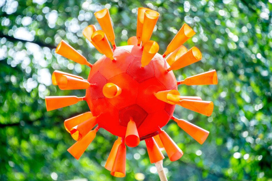 Ein gebasteltes Coronavirus.