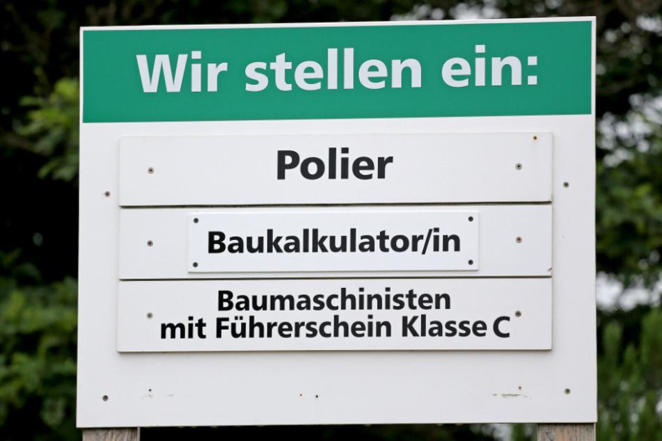 Ein Schild weist auf freie Stellen für Fachkräfte auf dem Bau hin. (Archiv)