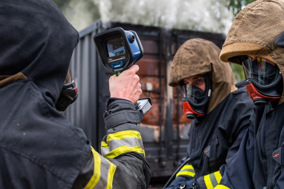 Ein Ausbilder bespricht den Einsatz der Wärmebildkamera.