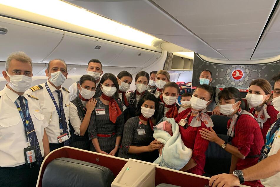 Weil keine medizinisches Fachpersonal an Bord war, mussten kurzerhand die Crewmitglieder des Turkish-Airlines-Fluges zu Hebammen werden.