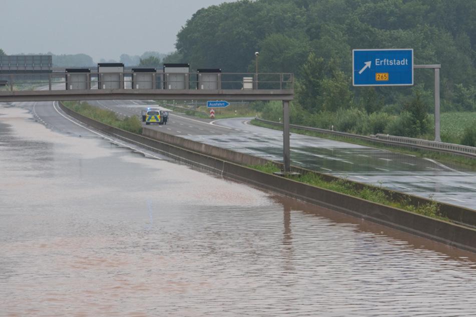 Die Autobahn bei Erftstadt wurde überspült.