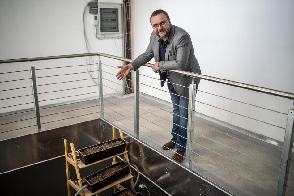 Architekt Andreas Girndt führt durch das Aquaponik-Haus im Karree 49. Gesamtbaukosten: drei Millionen Euro.