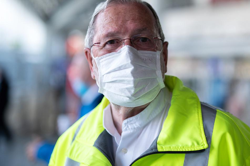 Heinz Goldkuhle, Flughafenseelsorger der katholischen Flughafenseelsorge, steht am Frankfurter Flughafen.
