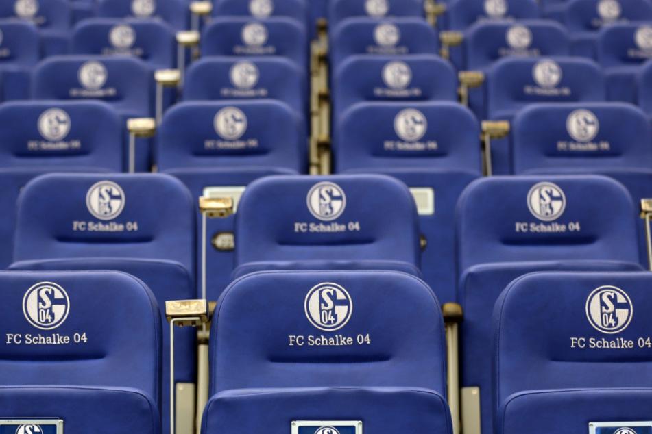 Leere Sitzschalen in der Veltins-Arena auf Schalke.