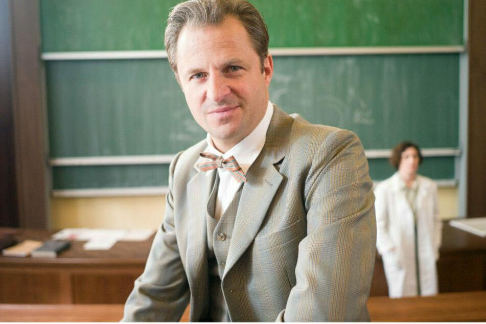 """Philipp Hochmair (46) als österreichisch-deutscher Gerichtsmediziner Otto Prokop (1921-2009) hier bei den Drehabreiten zur dritten Staffel der ARD-Serie """"Charité""""."""