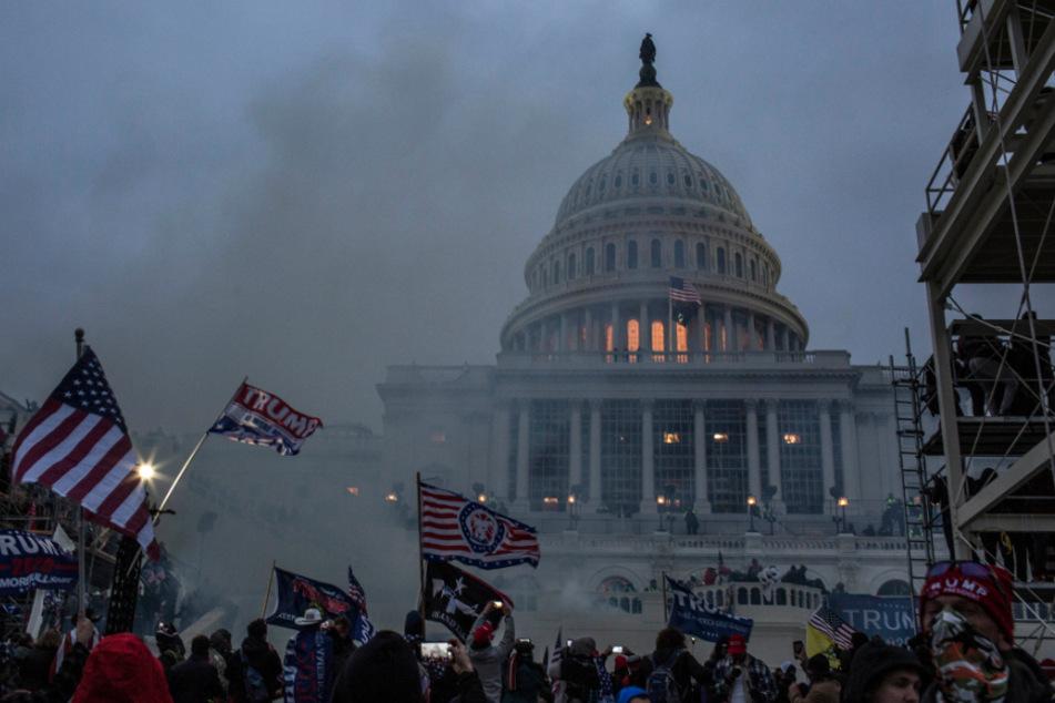 Nachdem Trump-Unterstützer das Kapitol gestürmt haben, setzen Sicherheitskräfte Tränengas ein.