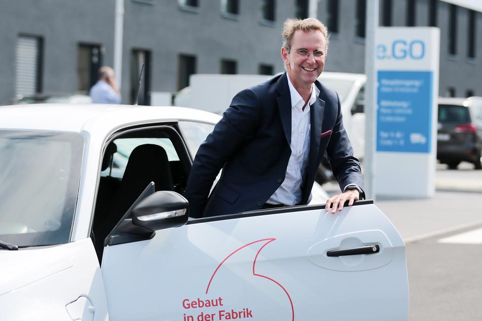 Juni 2019: Günther Schuh (r), Gründer der e.GO Mobile AG steigt bei der Vorstellung der mobilen Vernetzung von Elektroautos aus einem e.Go. Der Aachener Elektroauto-Bauer e.Go hat seine selbst gesteckten Ziele 2019 nicht erreichen können. Man habe im vergangenen Jahr 540 Autos verkauft, teilte das Unternehmen auf Anfrage mit. Angepeilt waren zuletzt 600 Modelle, ursprünglich war sogar von 1000 die Rede.