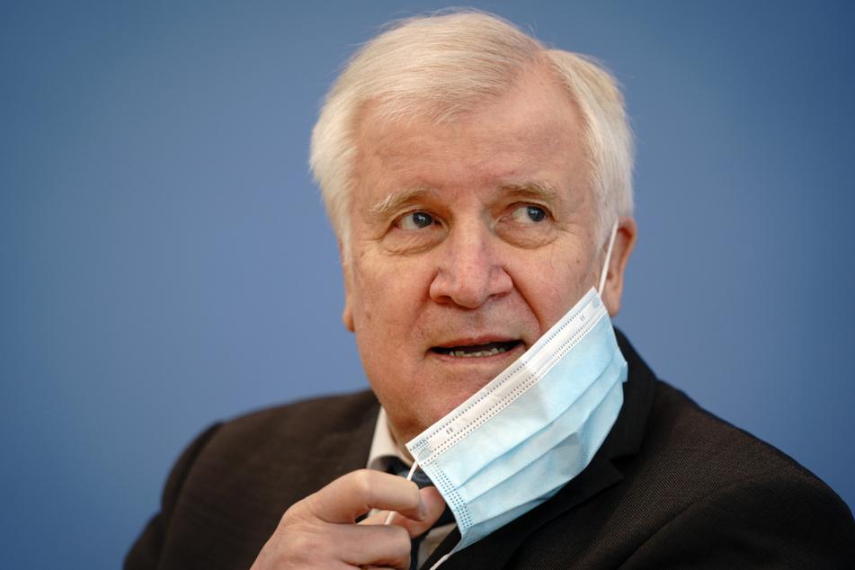 Horst Seehofer (71, CSU) nimmt vor Beginn einer Pressekonferenz seine Maske ab. Der Bundesinnenminister hat drei Vereine der Hisbollah-Bewegung verboten.