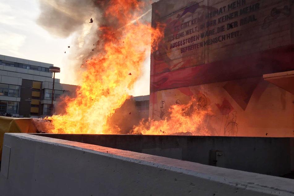 Etwa zehn Meter hohe Flammen waren bereits aus der Ferne deutlich zu sehen.