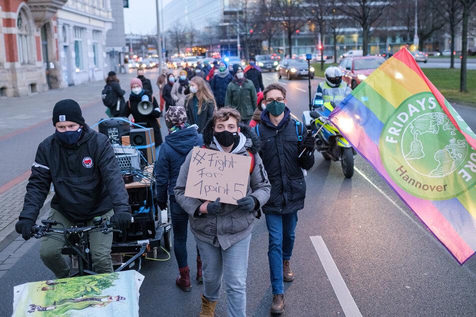 """Hannover: Aktivisten der Klimabewegung """"Fridays for Future"""" demonstrieren zum globalem Streikttag mit einem """"Walk of Shame"""" in der Innenstadt."""