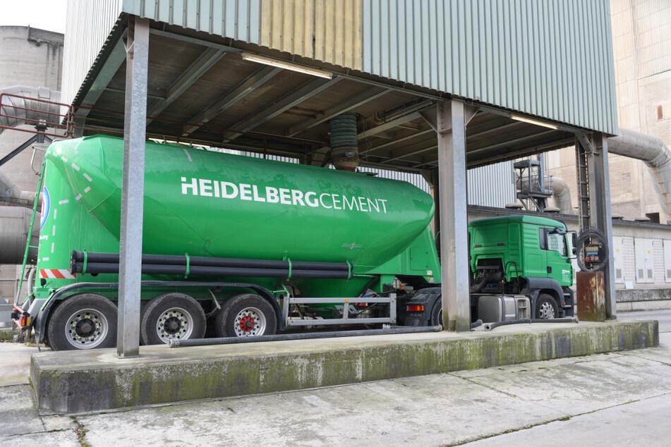 Leimen: Ein Lastwagen steht im Zementwerk des Baustoffkonzerns HeidelbergCement in einer Verladestation.