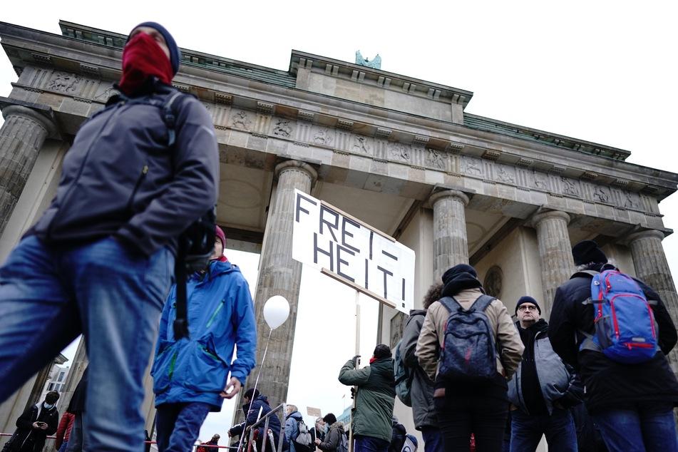 Vor dem Brandenburger Tor demonstrieren mehrere hundert Menschen gegen die Corona-Regeln der Bundesregierung.