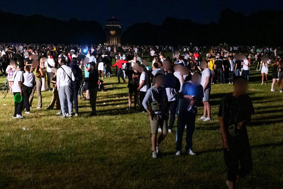 Tausende feierten in der Nacht im Stadtpark - bis die Polizei dazwischen ging.