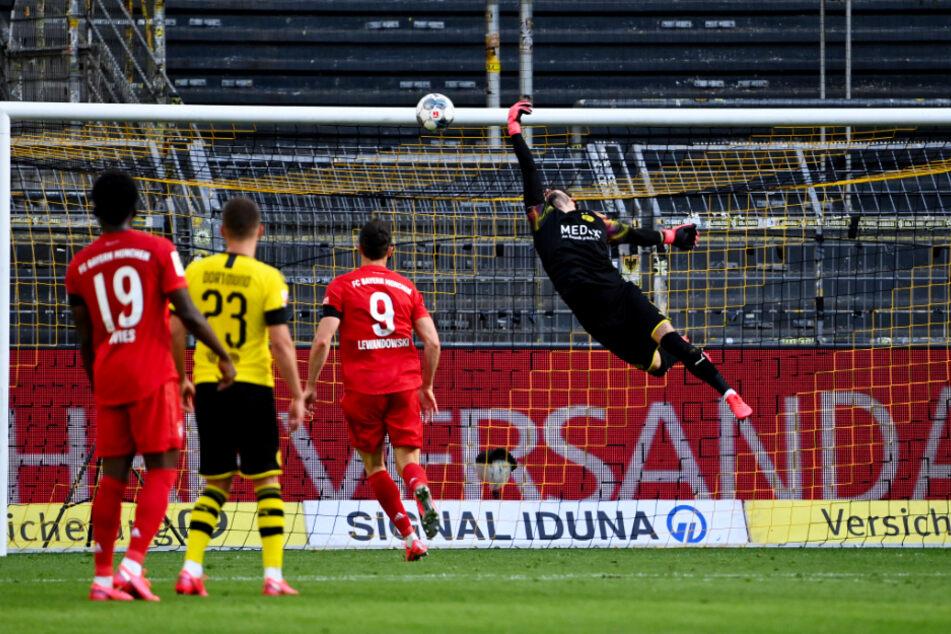 Dieser eine Moment sorgt nun für Langeweile im Titelkampf: BVB-Keeper Roman Bürki (r.) bekam die rechte Hand noch an den Lupfer von Bayerns Joshua Kimmich, konnte ihm aber keine entscheidende Richtungsänderung mehr verpassen.