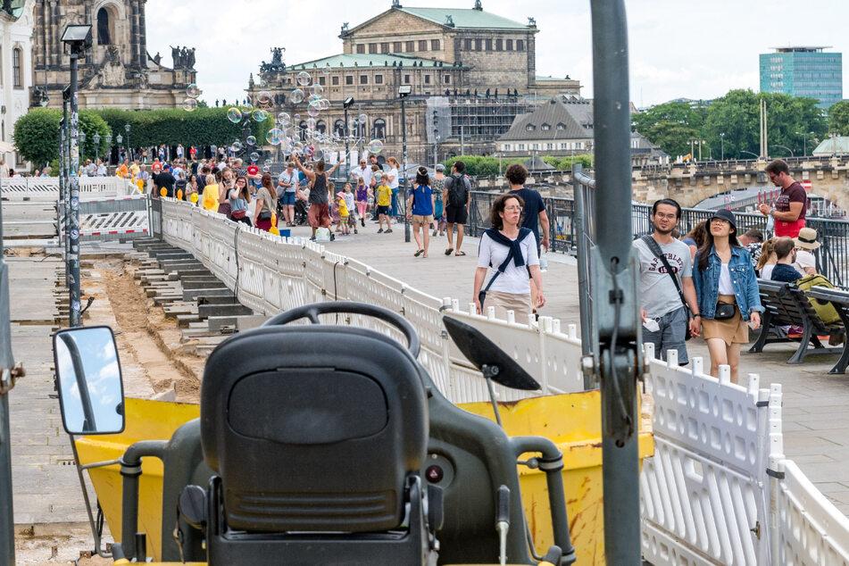 Weil die Beleuchtung erneuert wird, ist die Brühlsche Terrasse noch bis Mitte August eine Baustelle.