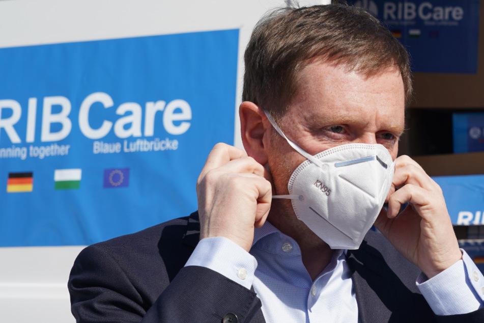 Ministerpräsident von Sachsen, Michael Kretschmer (44, CDU), setzt sich einen Mundschutz auf.