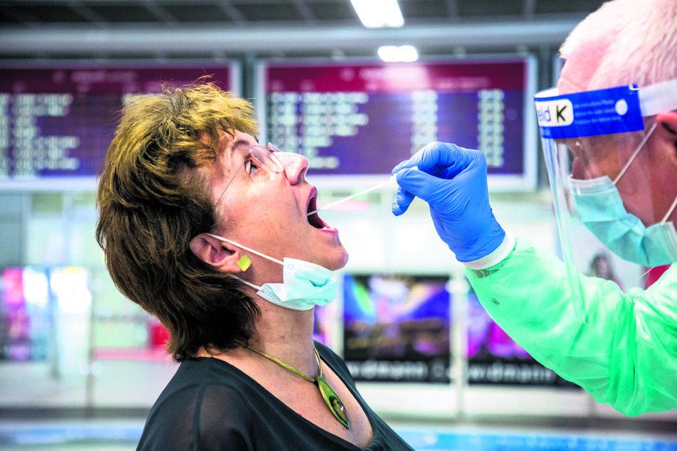 An Sachsens Flughäfen: Urlauber stehen Schlange für Corona-Tests