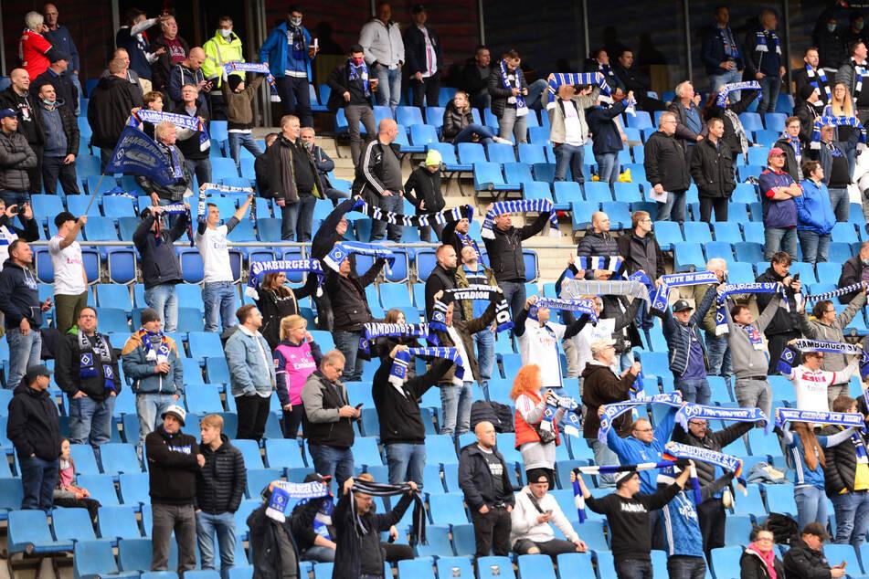 Beim Testspiel des Hamburger SV gegen den FC Basel durften endlich wieder mehr als 1000 Fans ins Stadion. Die Zuschauer machten auf den Rängen ordentlich Stimmung.